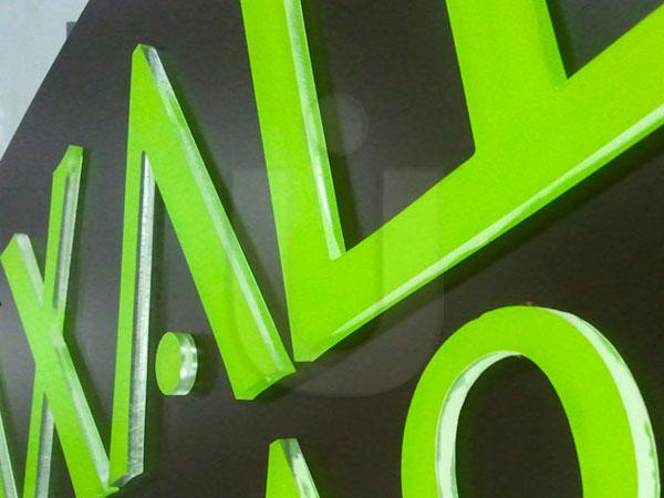 объемный логотип из пластика
